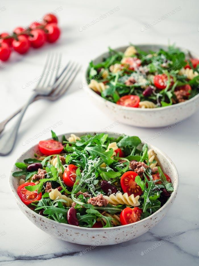 Warm salad with tuna, arugula, tomato, bean, pasta