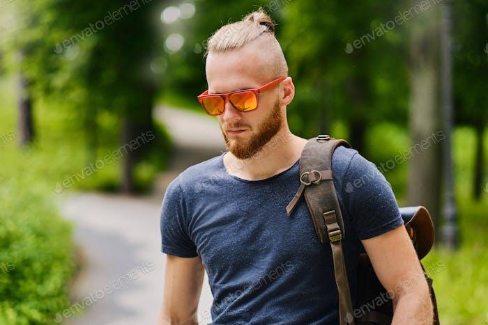 Портрет рыжевого самца в солнцезащитных очках.