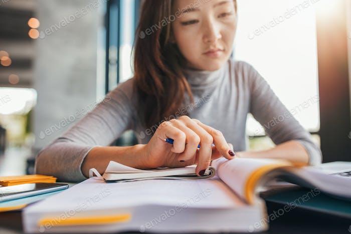 Student, die Aufgaben in der Bibliothek erledigen