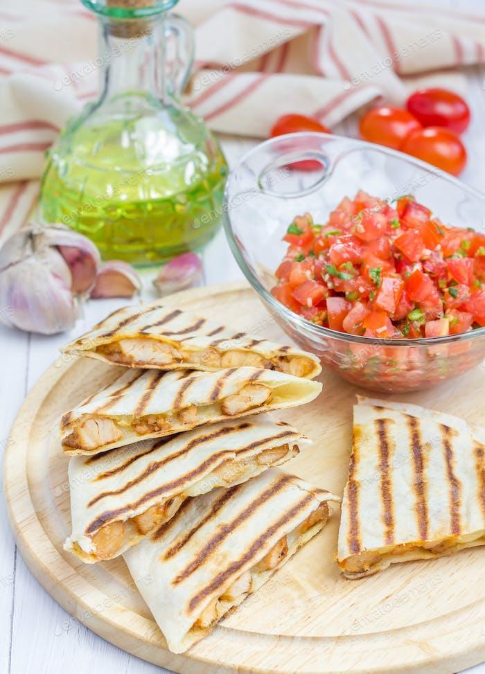 Hausgemachtes Huhn und Käse Quesadilla mit Salsa