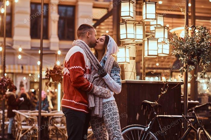 Joven pareja romántica en Navidad, disfrutando de pasar tiempo juntos