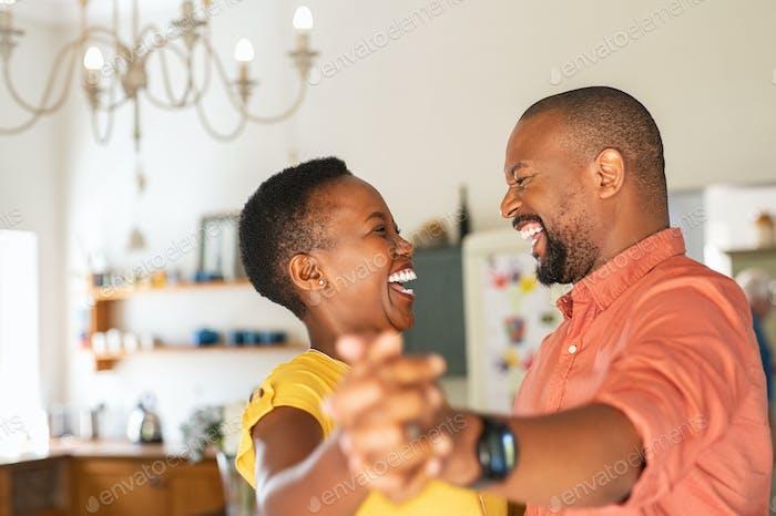 Reifen glücklich paar tanzen zu Hause