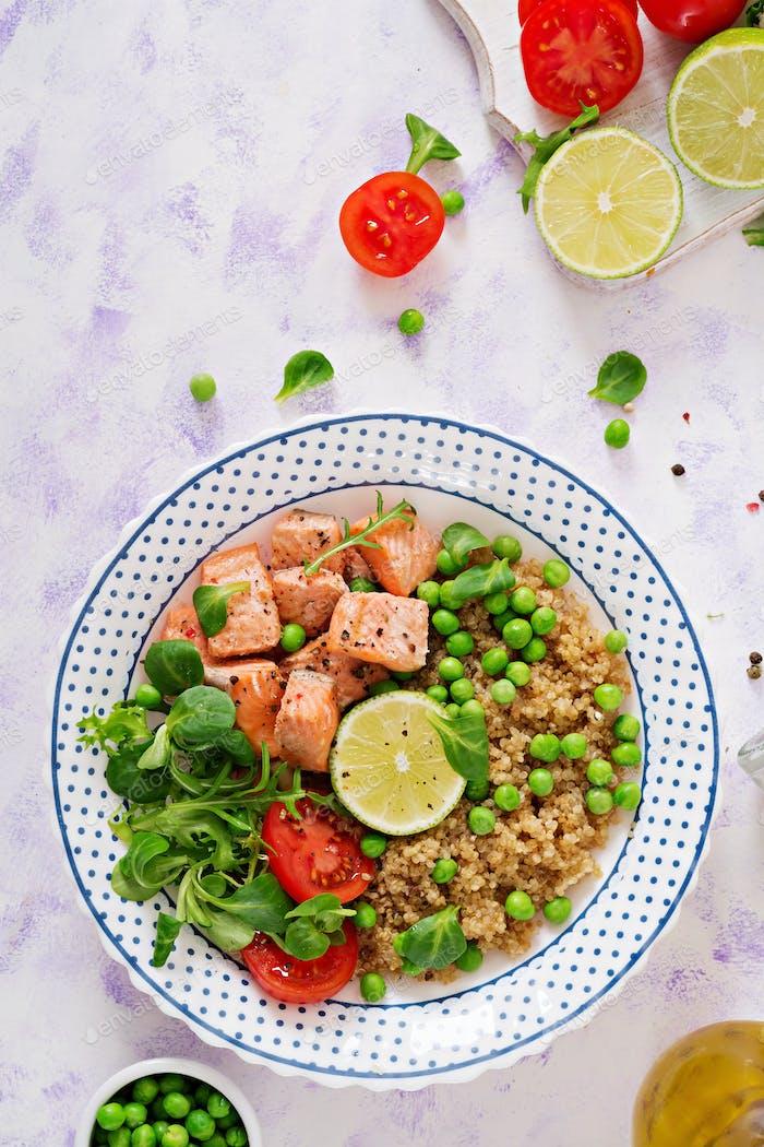 Gesundes Abendessen. Scheiben von gegrilltem Lachs, Quinoa, Erbsen, zu