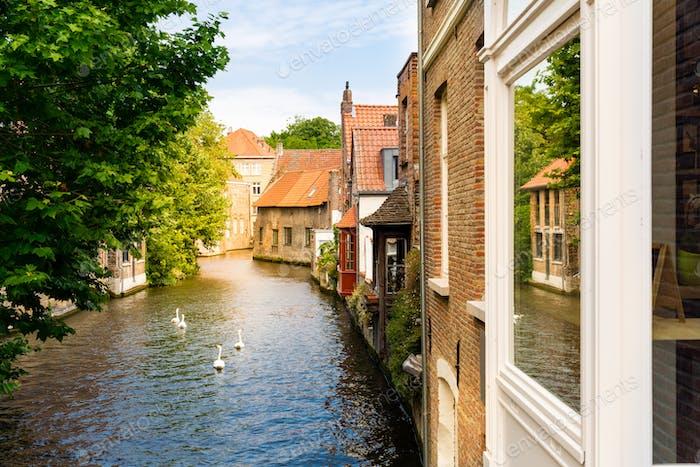 Alte Gebäudefassaden am Flusskanal, Europa