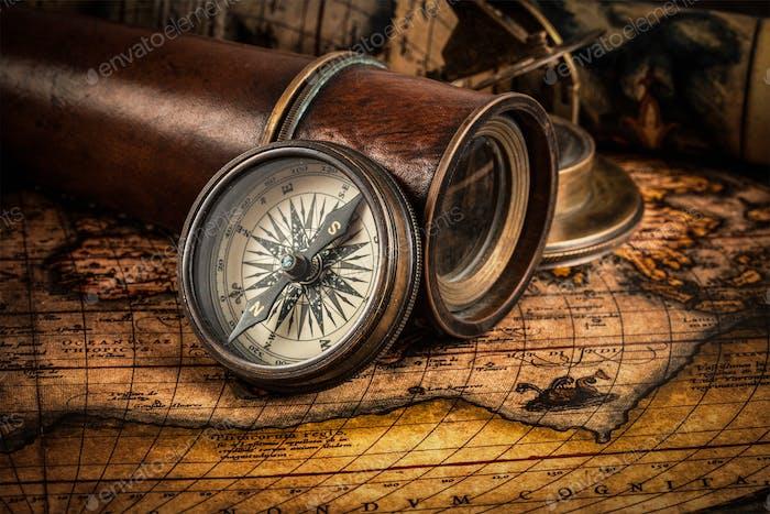 Alter Vintage-Kompass auf alter Karte