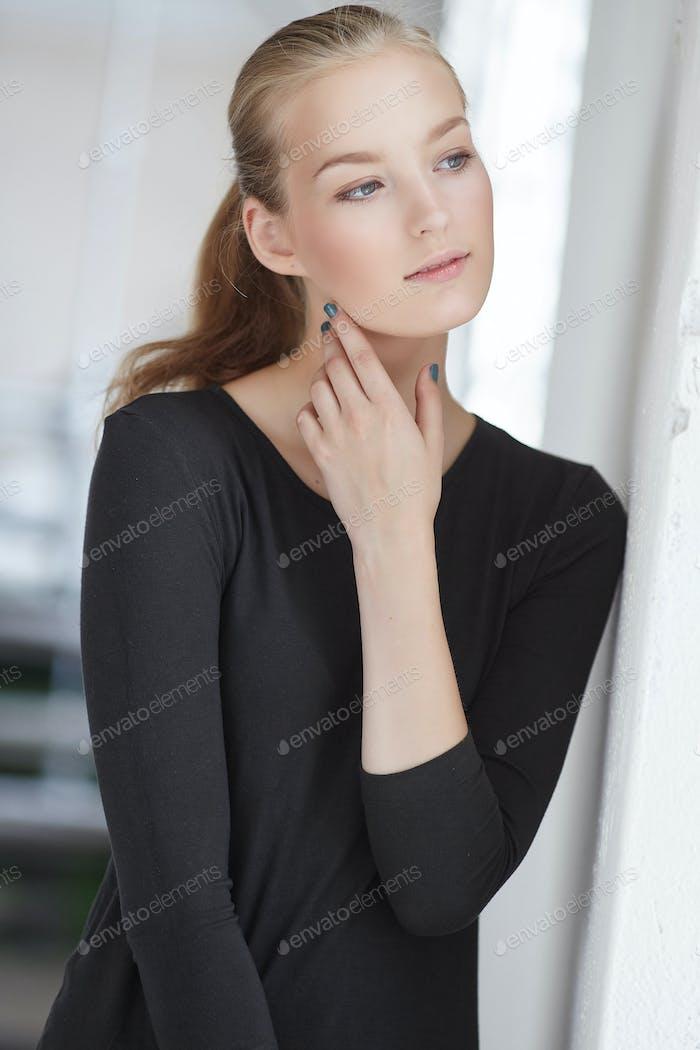 Eine Frau in einer schwarzen Kleidung.
