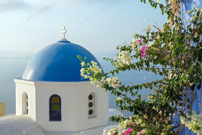 Kirche mit Blumen in Oia
