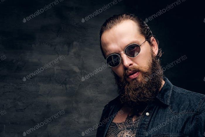 Porträt des brutalen bärtigen Mannes in Sonnenbrille