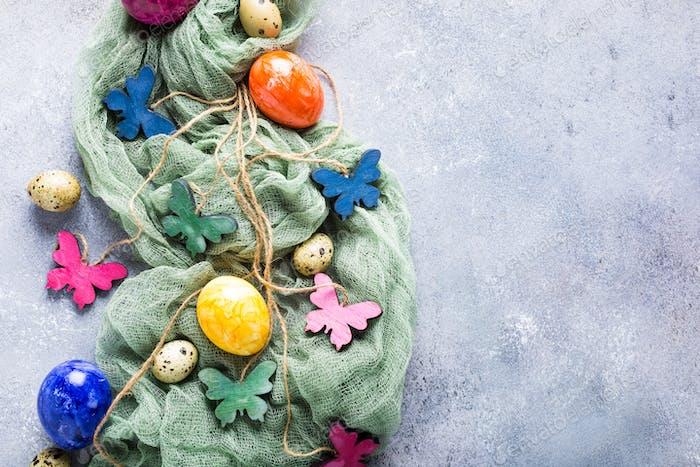 Mariposas de colores de madera con huevos de Pascua