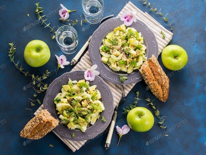 Grüne Avocado-Gurke serviert gesunden Salat
