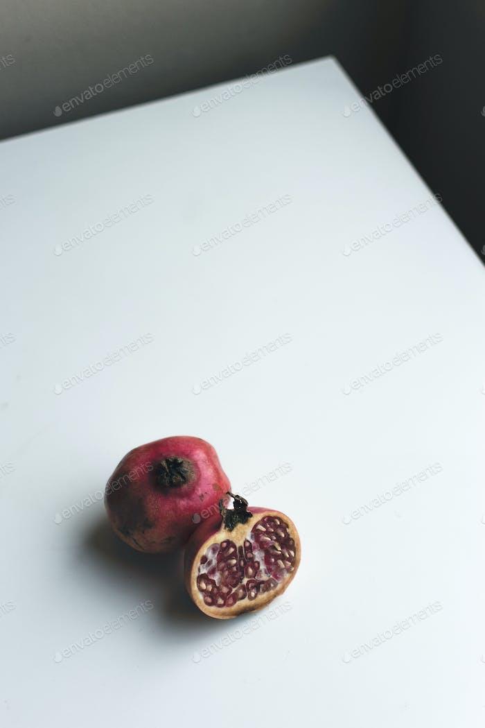 Frisch geschnittener Granatapfel auf weißem Hintergrund