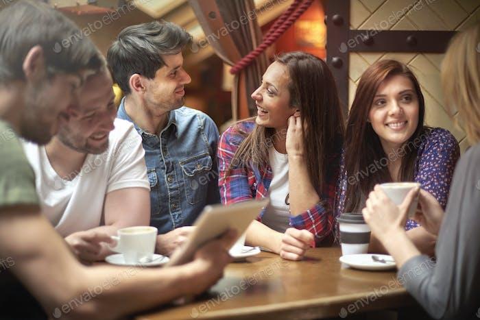 Treffen im kleinen, klimatischen Café