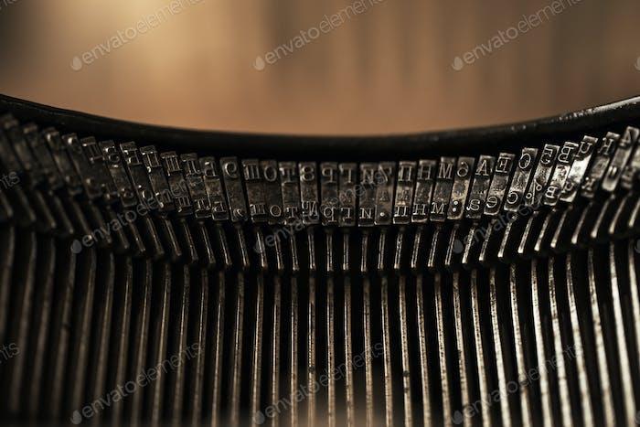 Alte schwarze Schreibmaschine mit Papier wert auf dem Tisch