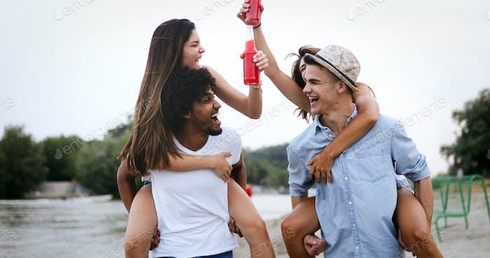 Gruppe von Freunden genießen Strandurlaub und Spaß haben