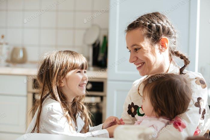 Mutter Blick auf ihre Töchter