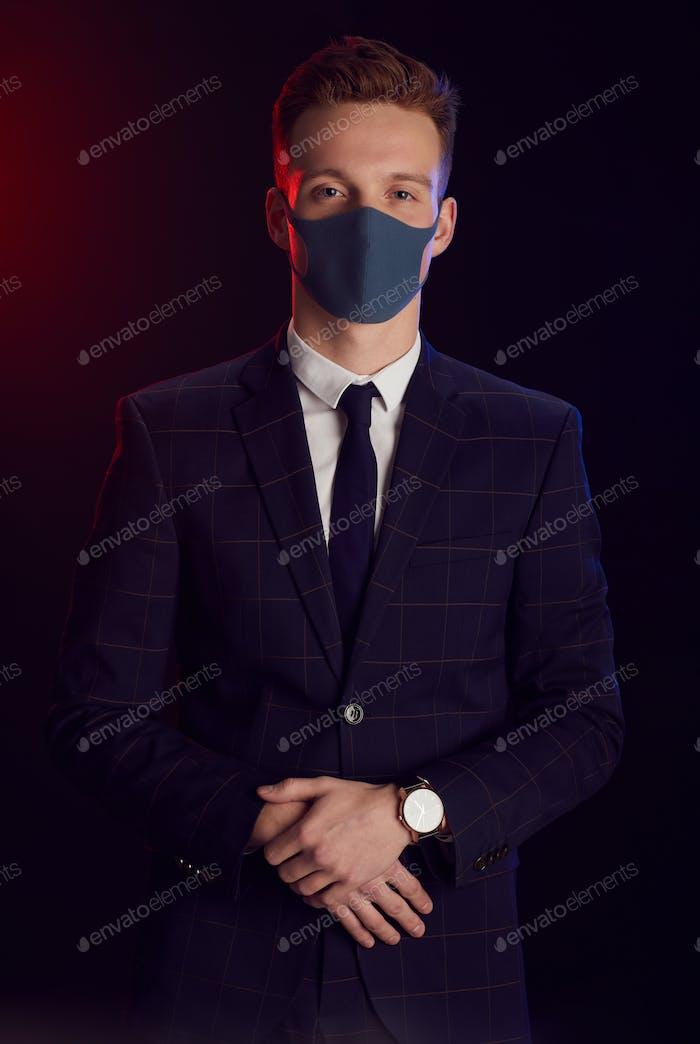 Элегантный человек в маске