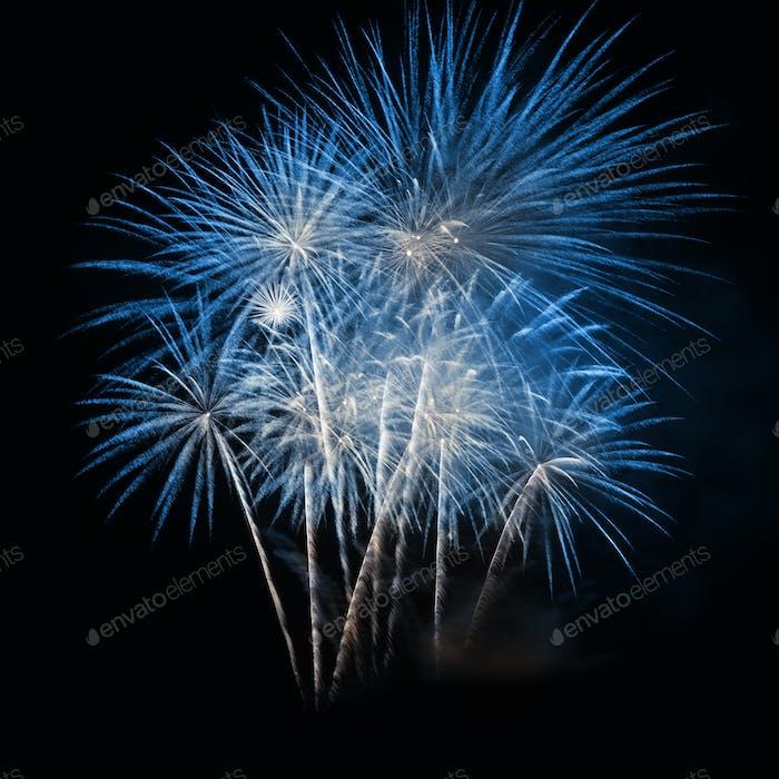 Blaues Feuerwerk am Nachthimmel