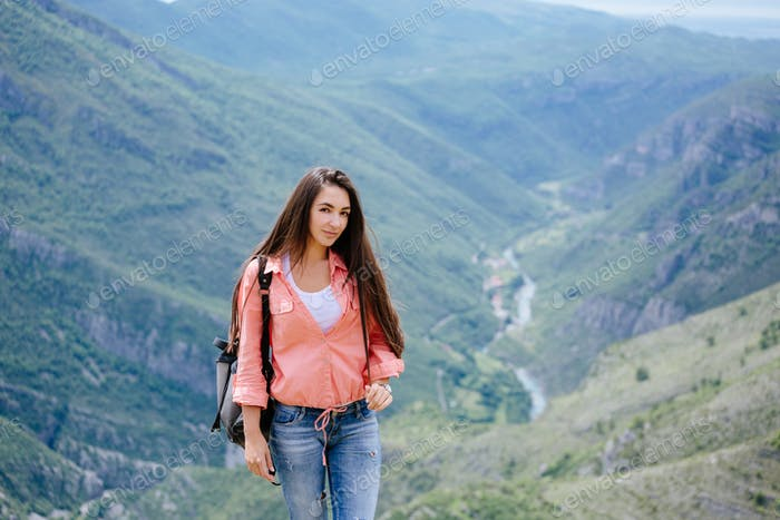 montaña de viaje mujer con mochila
