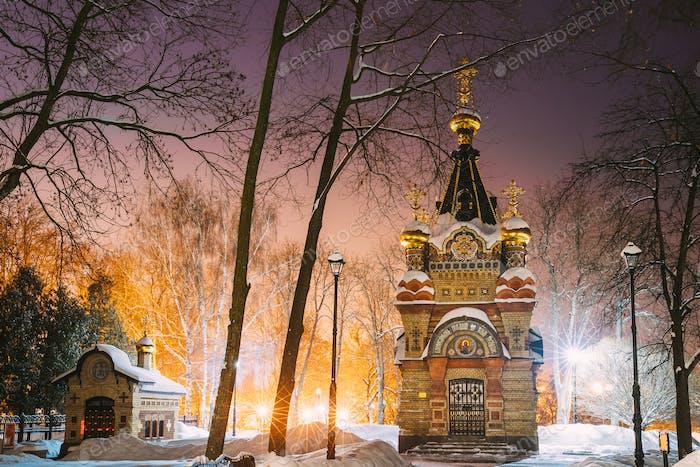 Gomel, Weißrussland. Stadtpark in der Winternacht. Kapel-Grab von Paskewitsch (1870-1889 Jahre) Im Stadtpark
