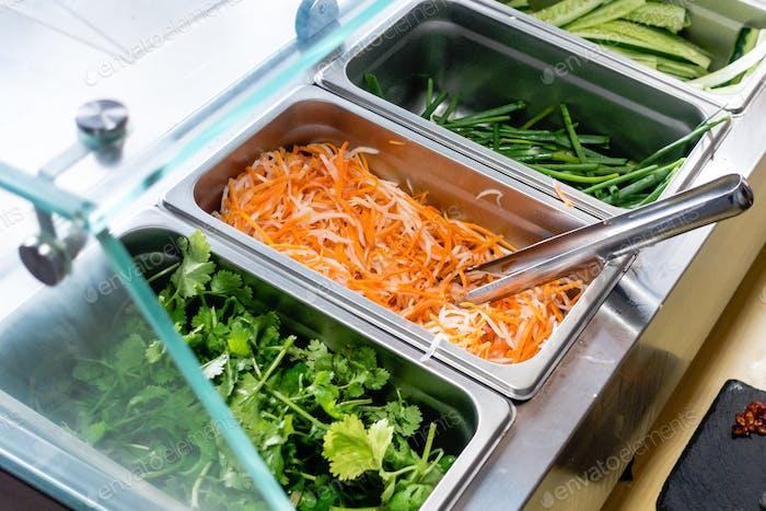 Frisch geschnittene Karotte Koriander und andere gesunde Gemüse