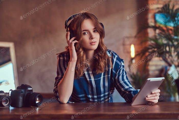 Молодая очаровательная чувственная девушка, слушая музыку в наушниках