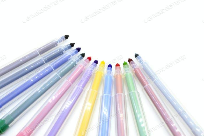 Mehrfarbige Marker isoliert auf weißem Hintergrund