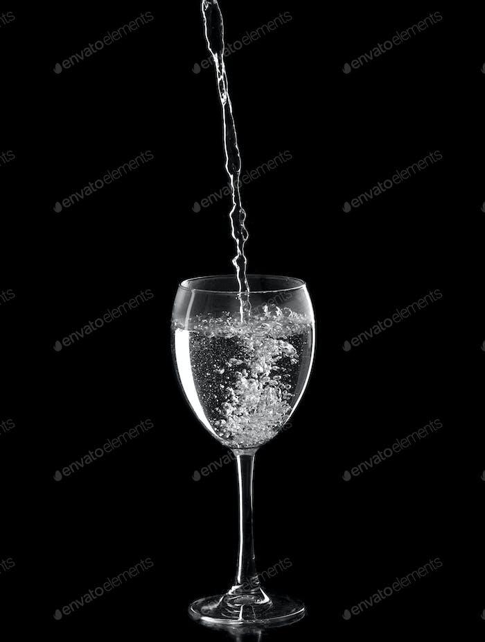 Mineralwasser in einem Weinglas gefüllt