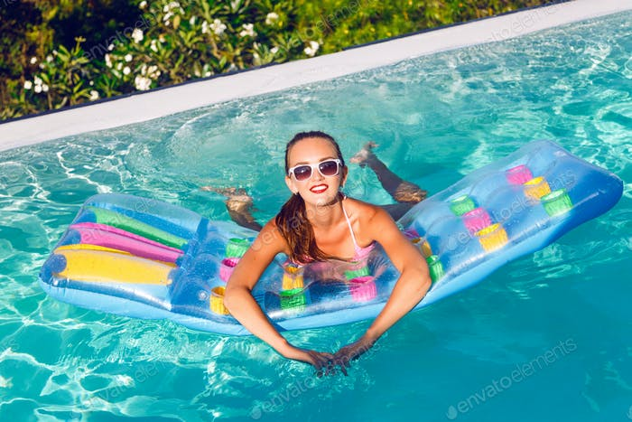 Outdoor lifestyle portrait of stunning young woman having fun