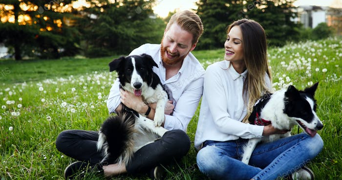 Paar spielen mit Hunden