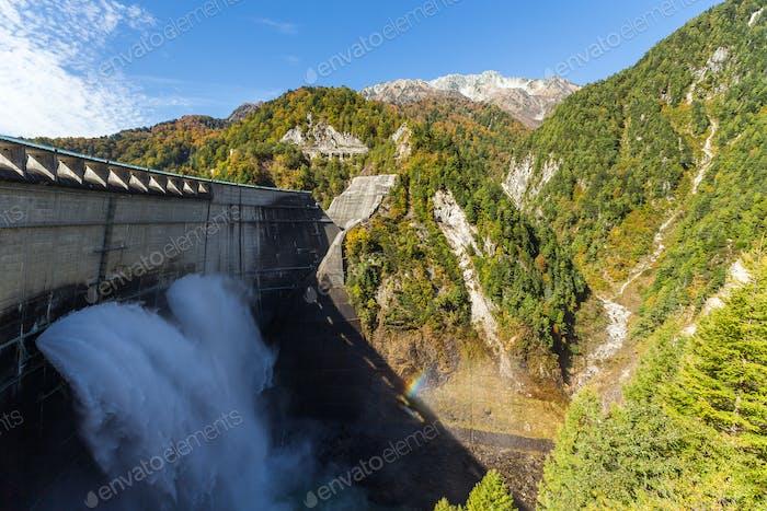 Kurobe Dam und Regenbogen