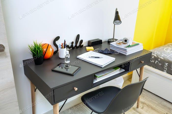 Интерьер молодежной спальни с письменным столом