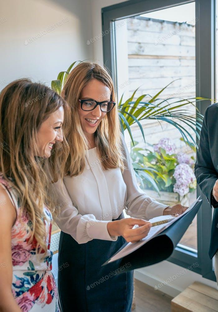 Предпринимательницы, имеющие неформальную рабочую встречу