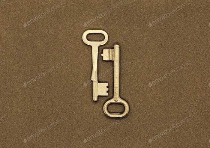 Zwei alte Metallschlüssel auf Papierhintergrund