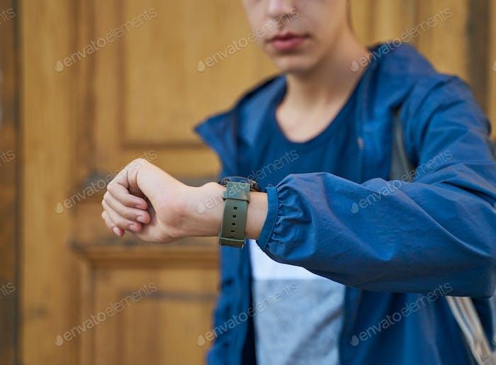 Adulto joven mira el reloj