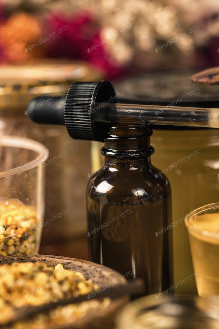 Propolis in braunem Glas Tropfflasche und Honigbienenprodukte