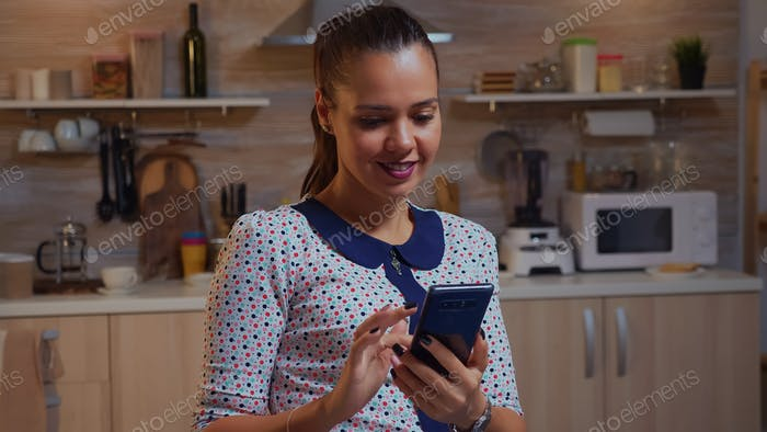 Freiberufler SMS am Telefon während der Remote-Arbeit