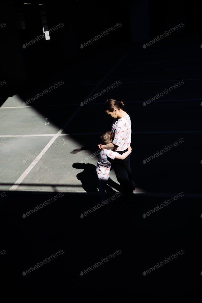 Madre y su hijo abrazando. Fotografía urbana.