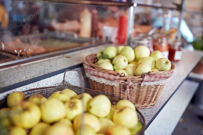 Äpfel in Körben auf dem Straßenmarkt