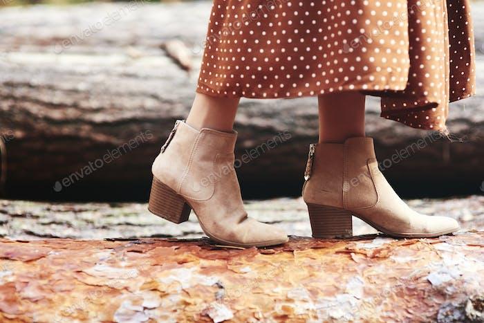 Stiefel der Frau im herbstlichen Wald