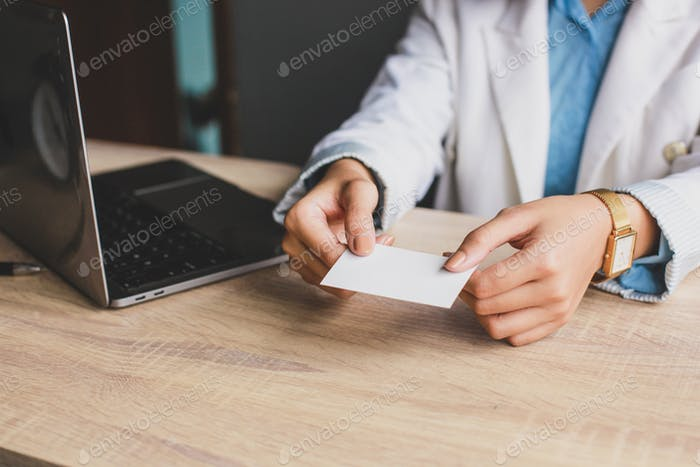Geschäftsfrau bietet Namenskarte