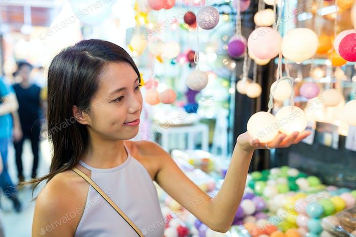 Junge Frau beim Einkaufen am Wochenendmarkt