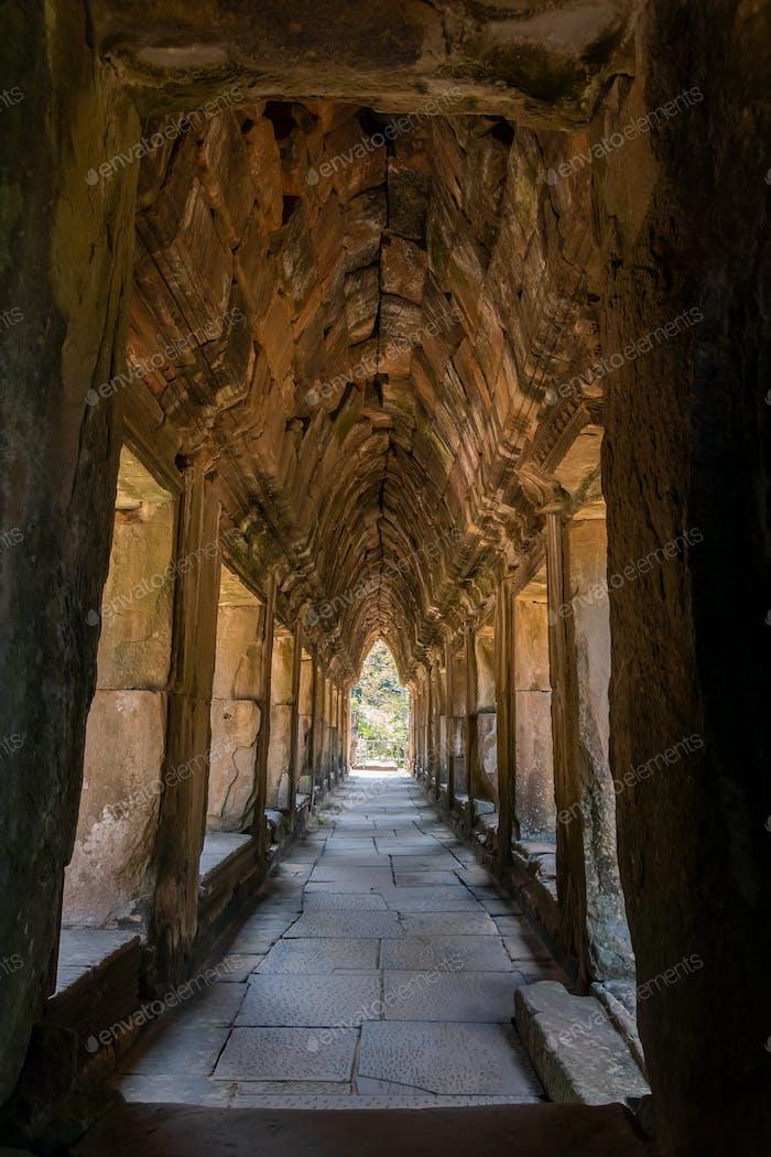 Antiker Korridor bei Angkor Wat, Kambodscha