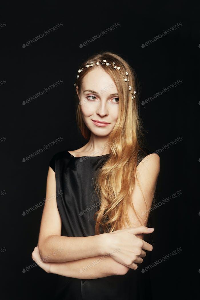 Schöne junge Frau Porträt auf schwarzem Hintergrund