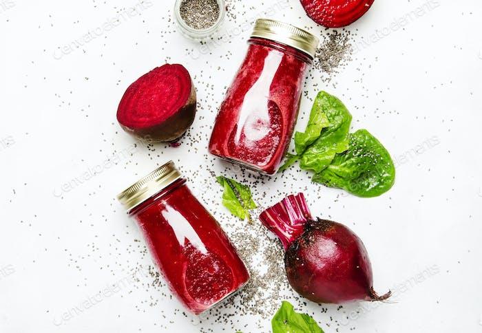 Rote Bete-Smoothies mit Chiasamen, Glasflaschen