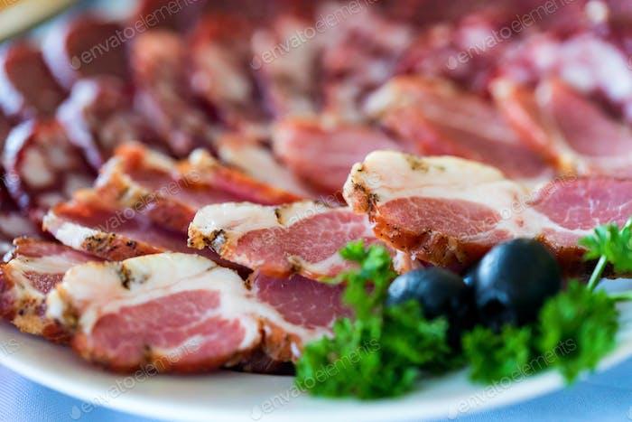 Fleischplatte mit geschnittener Saudage und kaltem gekochtem Schweinefleisch