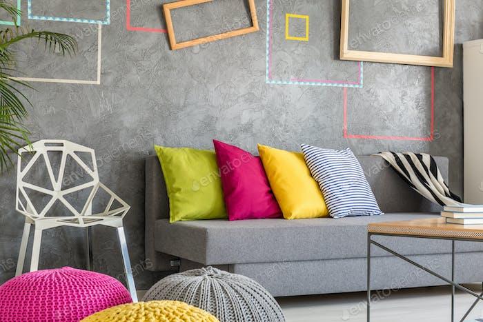 Studentenzimmer mit grauem Sofa
