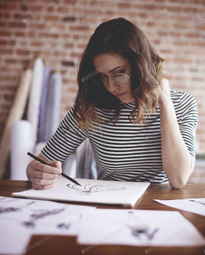 Nachdenkliche Frau arbeitet an wichtigen Projekt