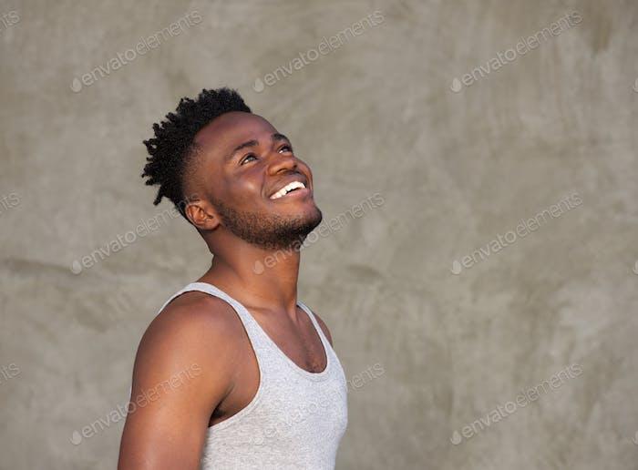 Hombre africano musculoso deportivo Risa