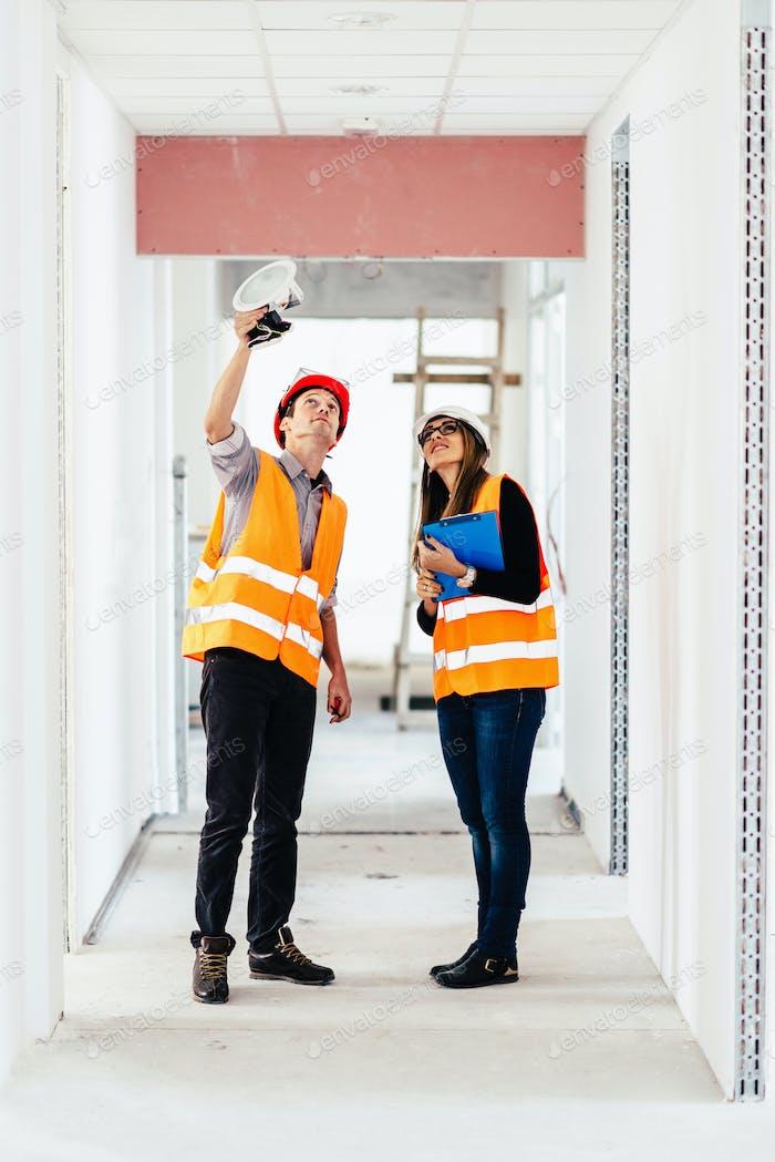 Ingenieurwesen auf Baustelle Lichtprüfung