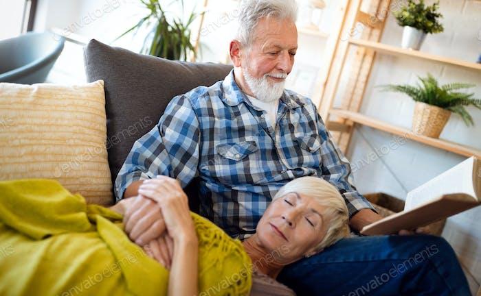 Feliz pareja de ancianos relajarse en casa juntos